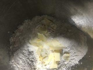 葡萄干司康,另取一个碗,倒入面粉、黄油和盐