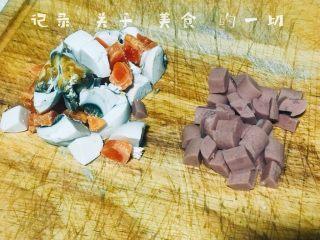 浅湘食光&咸蛋豆腐,咸蛋黄、火腿肠切丁待用