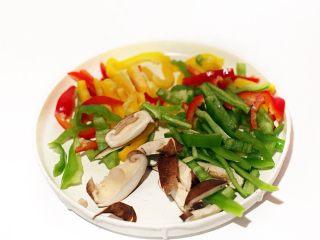黑椒牛肉盖浇饭,青红黄三椒及蘑菇洗净切丝
