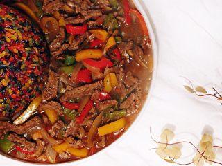 黑椒牛肉盖浇饭,黑椒牛里脊佐以彩椒洋葱六色饭 色彩斑斓 给美食上色 给日子添色 给生活增色