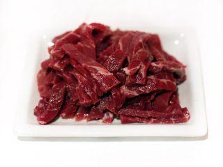 黑椒牛肉盖浇饭,牛里脊肉按纹理切细条