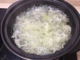 糯糯的银耳红枣汤,半小时后的银耳,想做美容的银耳羹建议这个时候继续炖半小时左右得到粘稠的液体。