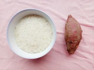 番薯粥,先准备好大米和番薯