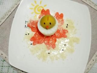 大吉大利,今天吃鸡🐔,撒上准备好的糕点碎并撒几颗芝麻装饰。