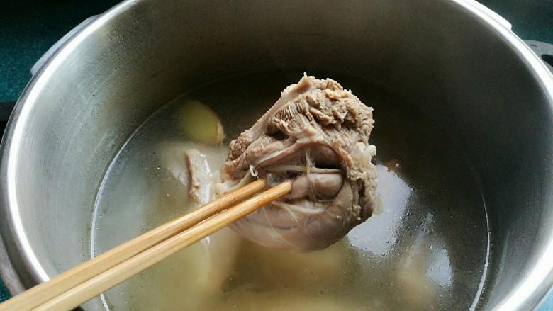 白切羊肉,能用筷子轻轻插透就可以了。