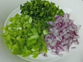 松软馒头烙饼,青椒,洋葱,蒜苗切碎备用