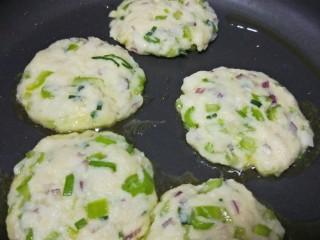 松软馒头烙饼,舀一勺馒头蔬菜糊糊在手上按压成圆饼放锅里烙