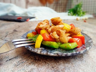 彩椒炒鸡丁,出锅装盘好吃好吃
