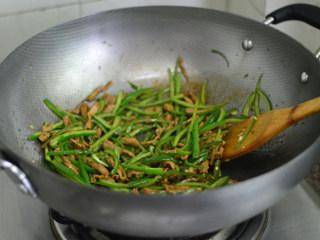 青椒肉丝,炒至青椒断生后加入蒜蓉拌炒一下,出锅前调入少许盐即可
