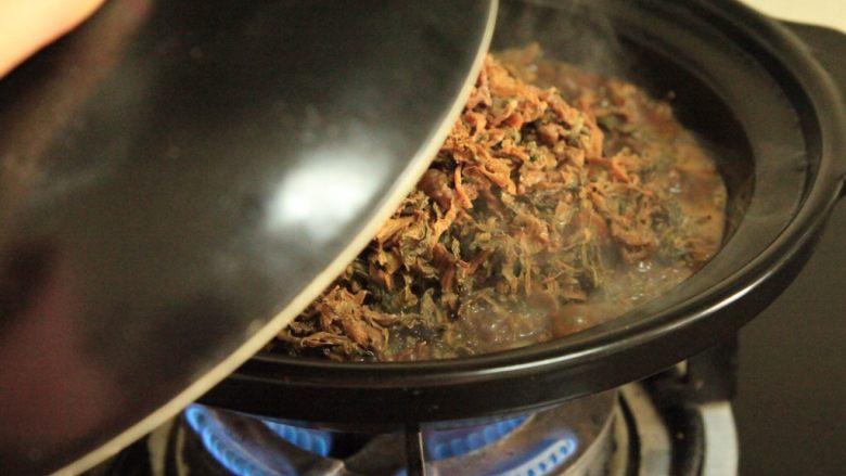 梅干菜烧五花肉,大火煮开,盖盖小火炖煮30分钟 注意水分是否足够 期间翻拌一下避免粘锅