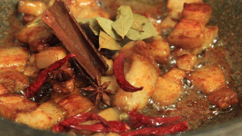 梅干菜烧五花肉,下八角桂皮、香叶干辣椒