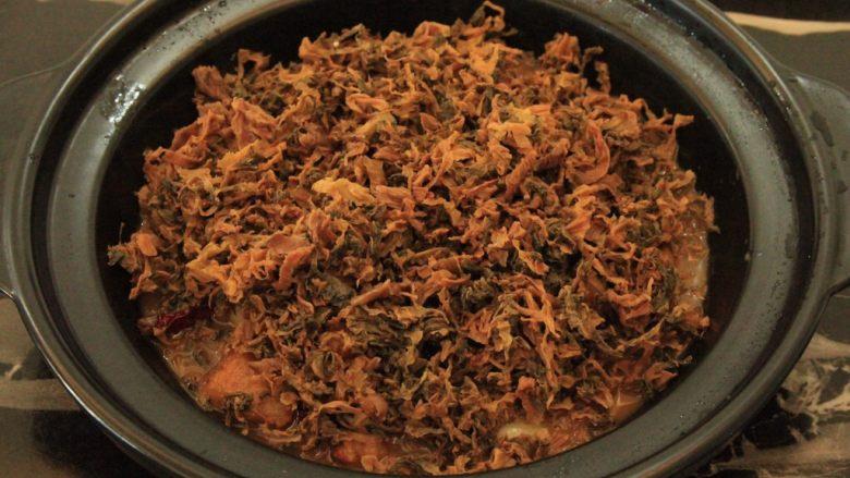 梅干菜烧五花肉,将拧干水分的梅干菜铺在肉上面