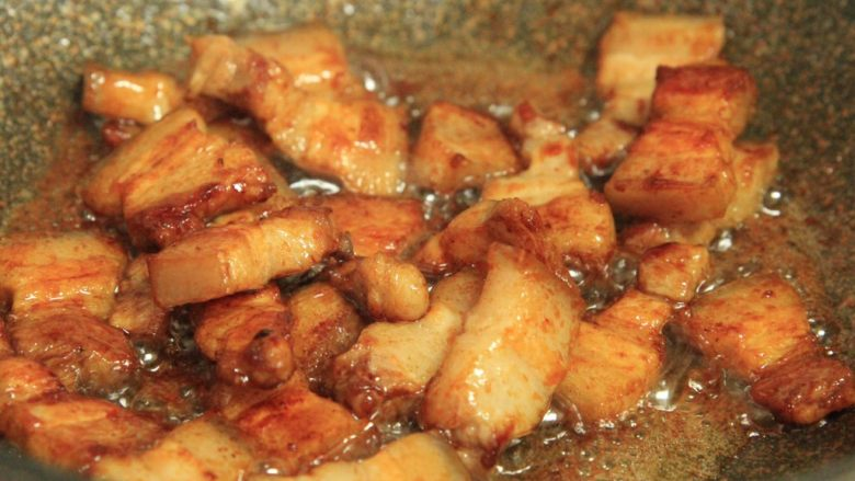 梅干菜烧五花肉,倒入煎好的肉,翻炒上色