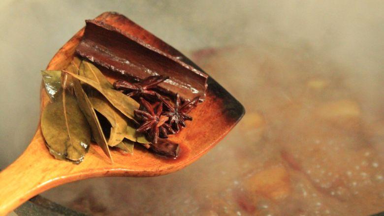 梅干菜烧五花肉,大火盖盖煮20分钟后,捞出:桂皮八角香叶