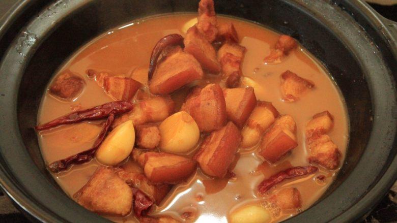 梅干菜烧五花肉,转至砂锅中 也可以继续炒锅里面炖煮哈,这个时候汤汁还有挺多的