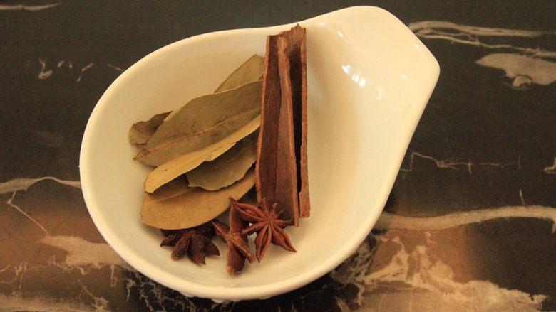 梅干菜烧五花肉,两片桂皮,2-3个八角,4-5片香叶