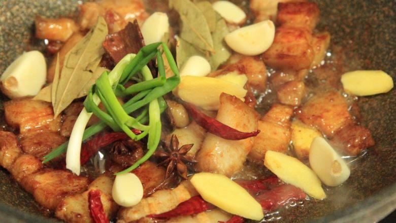 梅干菜烧五花肉,下葱结、大蒜姜片