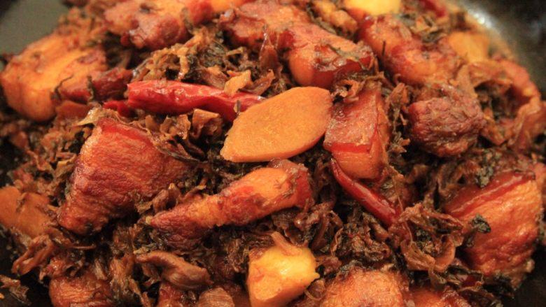 梅干菜烧五花肉,煎过炖好的五花肉,肥瘦相间,软烂不腻,梅干菜也都充分吸收了五花肉的汤汁,绝佳的下饭菜