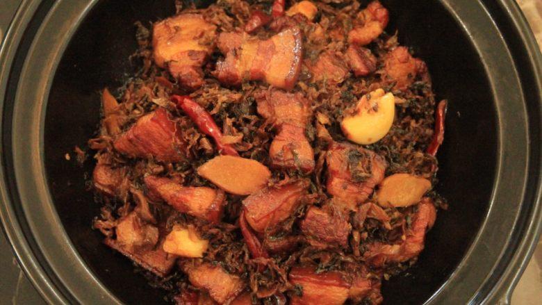 梅干菜烧五花肉,用筷子扎一下肉,是否软烂 根据自己的喜欢的程度调整炖煮时间 煮好后,即可关火上桌了