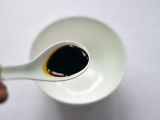 蒜蓉粉丝蒸鲍鱼,取一个碗,调入生抽、料酒、蚝油