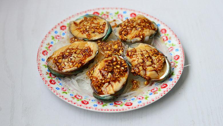 蒜蓉粉丝蒸鲍鱼,姜酱汁淋入鲍鱼粉丝碗中