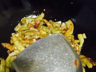 手撕茄子🍆,出锅前可加入少量清水(我用的锅铲接的),让盐份均匀被茄子吸收