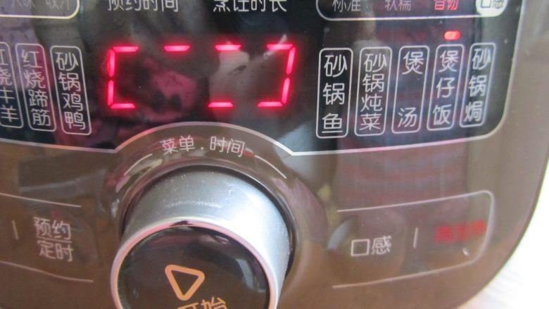 腊肉煲仔饭,电砂锅选择煲仔饭功能,启动预热