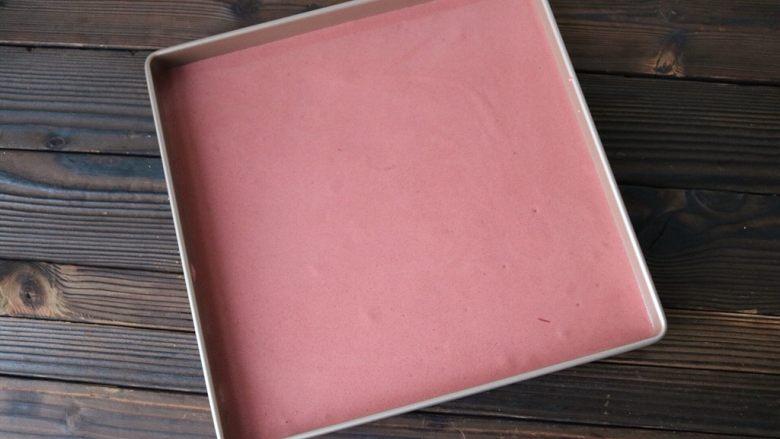 红丝绒蛋糕卷,倒入面糊,震出大气泡