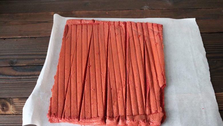 红丝绒蛋糕卷,烤好的蛋糕盖上一张油纸,立即取出晾温热后,用面包刀割4道(浅浅的4道,为的是方便卷)