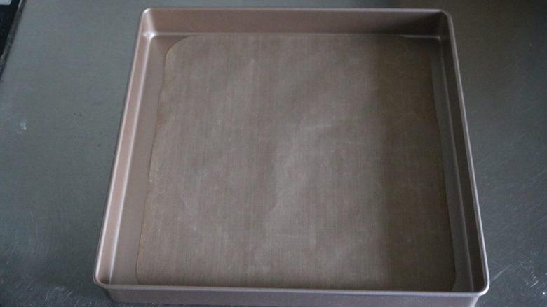 红丝绒蛋糕卷,金盘中放入一张油布(有点小了😢)