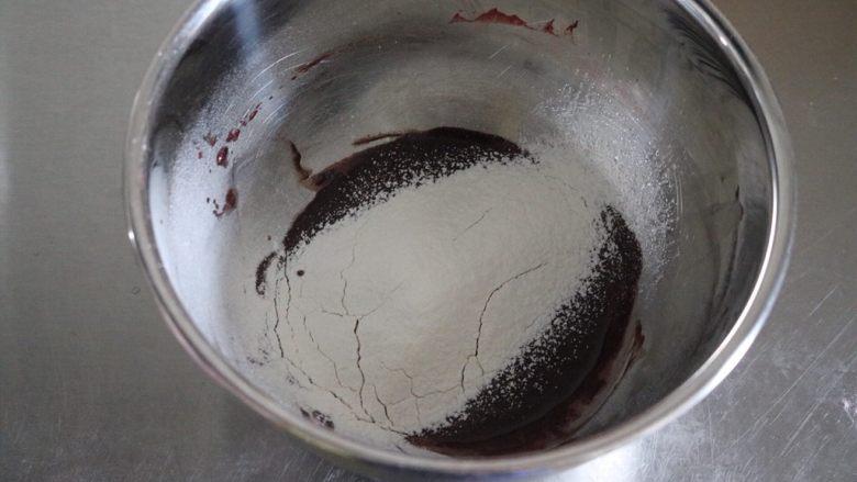红丝绒蛋糕卷,筛入低粉拌匀