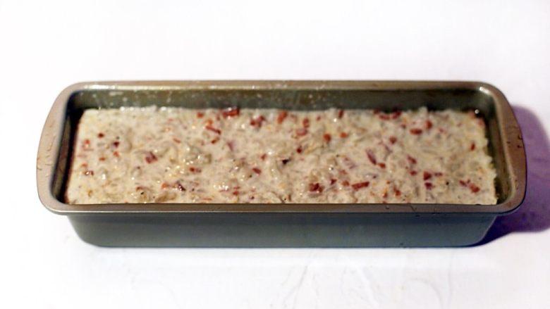 广式茶点-香煎萝卜糕,将混和好的粉浆倒入模具中