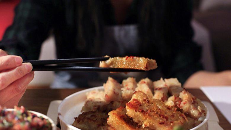 广式茶点-香煎萝卜糕,不沾锅倒色拉油,将切块的萝卜糕小火煎至俩面金黄出锅装盘。