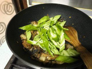 榛蘑炒辣椒,这时才加入辣椒。