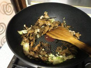 榛蘑炒辣椒,再倒入蘑菇,淋一汤匙酱青,翻炒。