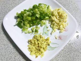 榛蘑炒辣椒,葱姜蒜切末备用,这样就准备👌所有食材了。