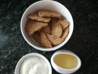 粗粮饼干蛋挞,准备好材料,饼干,椰蓉,油,如果用黄油,要提前融化成液体