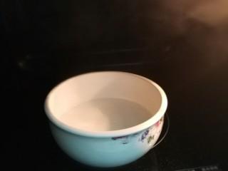 粗粮饼干蛋挞,牛奶加糖,放入微波炉叮热,取出搅拌至糖融化