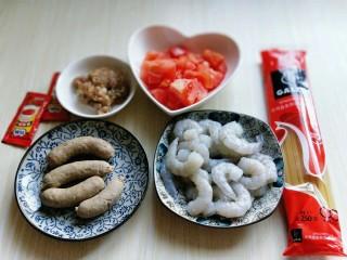 番茄肉酱意大利面+虾仁+烤肠,准备食材。
