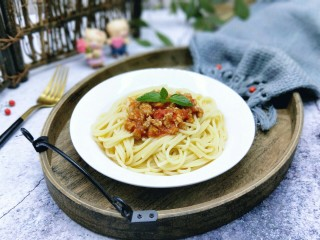 番茄肉酱意大利面+虾仁+烤肠,将煮熟的意大利面盛出放入盘中,再将番茄肉酱放在意大利面上面。放了薄荷叶点缀(^_^)