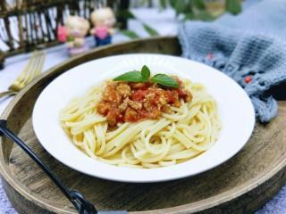 番茄肉酱意大利面+虾仁+烤肠,近看特别美味,吃的时候搅拌均匀即可。