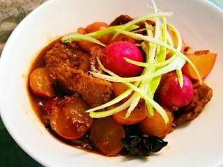 萝卜烧肉,盛碗米饭🍚吃起来哦😊