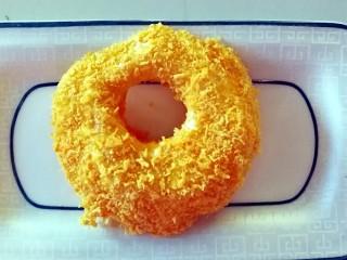 苹果甜甜圈,把裹满蛋液的苹果片放在面包糠里,让苹果片裹满面包糠