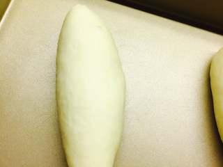 肉松面包(波兰种),让面团成橄榄型。进行二发。