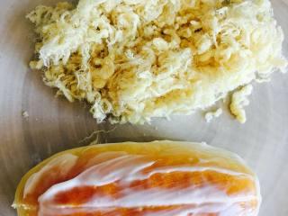 肉松面包(波兰种),将烤好的面包,至于网架上晾凉。从中间切开,挤入少许沙拉酱。表面涂抹沙拉酱,带有沙拉酱的那层沾上肉松。