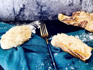 肉松面包(波兰种),松软面包。丝丝肉松。咸味面包很棒的。