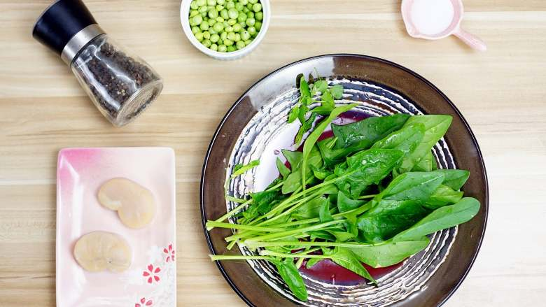 鲜嫩欲滴的黄金带子,和青翠绿意的青豆酱—春天并不遥远,首先,我们要上一张食材全家福,我们看到,如此美妙的一道菜,所需的食材并不多哟