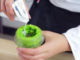 鲜嫩欲滴的黄金带子,和青翠绿意的青豆酱—春天并不遥远,然后加入一点牛奶继续绞打至细腻