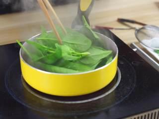 鲜嫩欲滴的黄金带子,和青翠绿意的青豆酱—春天并不遥远,开水汆汤一下菠菜