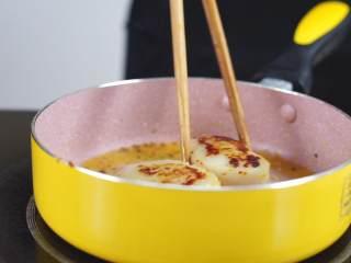 鲜嫩欲滴的黄金带子,和青翠绿意的青豆酱—春天并不遥远,煎至两面金黄取锅装盘,撒上一点黑胡椒(根据个人喜好)。这里带子7层熟,想要全熟的朋友时间可以稍加长一点。